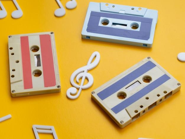 Vista diagonal fitas cassete multicoloridas com notas Foto gratuita