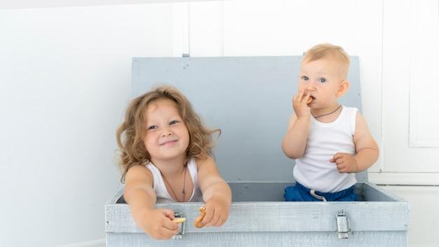 Vista dianteira, crianças, sentando, em, um, caixa Foto gratuita
