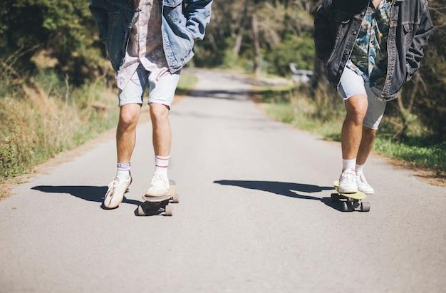 Vista dianteira, de, amigos, skateboarding Foto gratuita