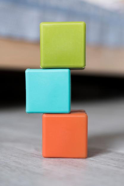 Vista dianteira, de, colorido, empilhado, cubos Foto gratuita