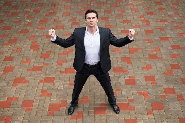 Vista dianteira, de, confiante, homem negócios Foto gratuita
