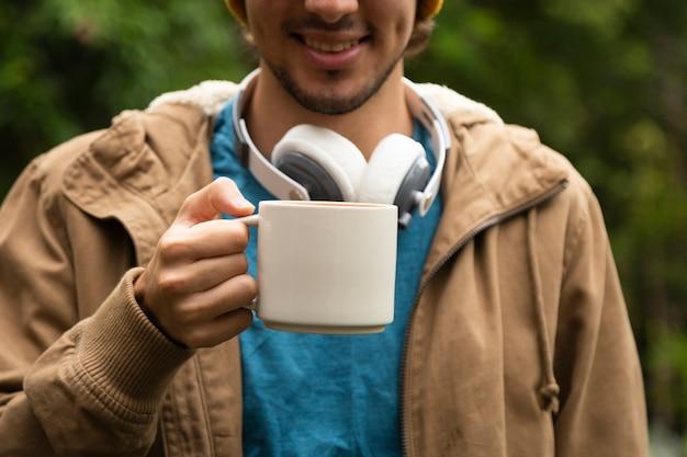 Vista dianteira, de, homem, café bebendo Foto gratuita