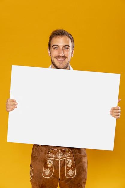 Vista dianteira, de, homem, com, sinal, mock-up Foto gratuita