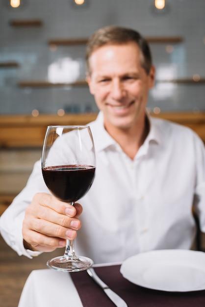 Vista dianteira, de, homem, copo segurando, de, vinho Foto gratuita