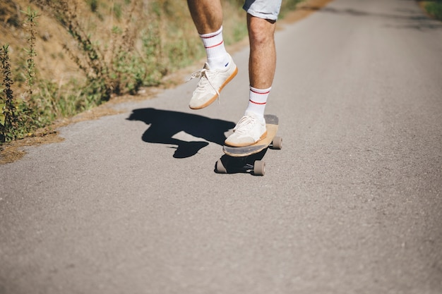 Vista dianteira, de, homem, ligado, skateboard Foto gratuita