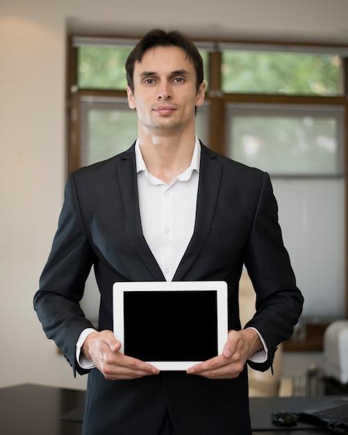 Vista dianteira, de, homem negócios, segurando, tabuleta Foto gratuita