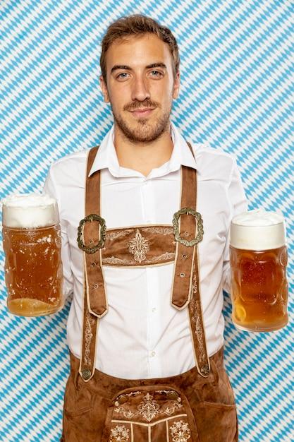 Vista dianteira, de, homem, segurando, cerveja, pints Foto gratuita