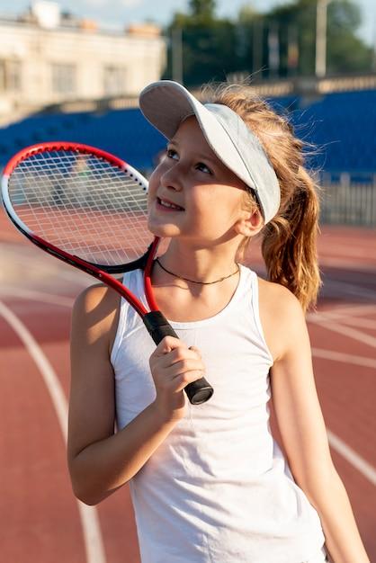 Vista dianteira, de, menina, segurando, raquete tênis Foto gratuita