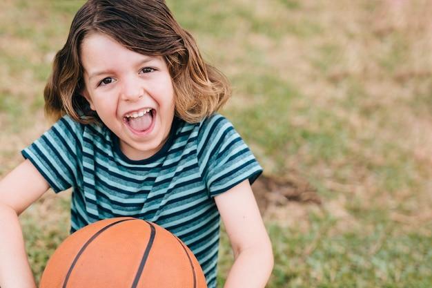 Vista dianteira, de, menino, com, basquetebol Foto gratuita
