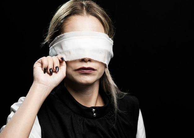 Vista dianteira, de, mulher, com, blindfold Foto gratuita