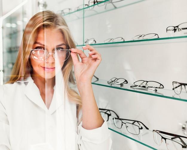Vista dianteira, de, mulher, desgastar, óculos Foto gratuita