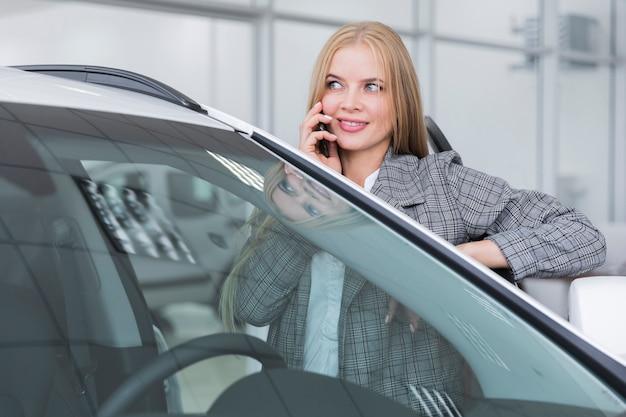 Vista dianteira, de, mulher fala telefone Foto gratuita