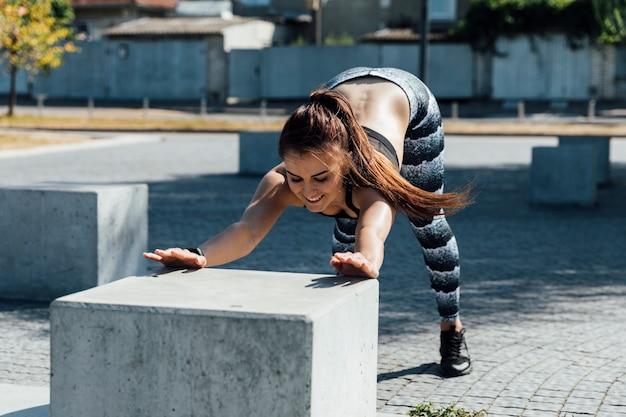 Vista dianteira, de, mulher, fazendo, aquecimento, exercícios Foto gratuita