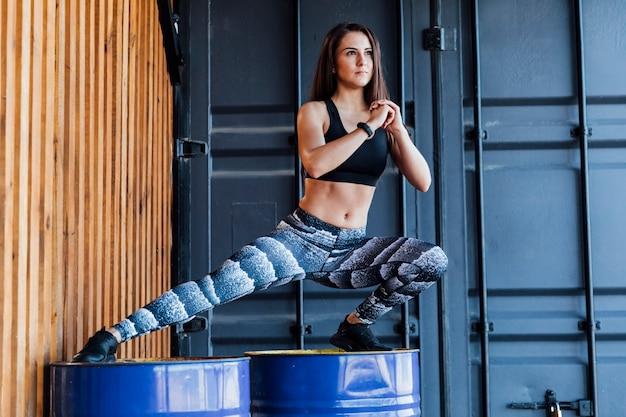Vista dianteira, de, mulher, fazendo, lunges Foto gratuita