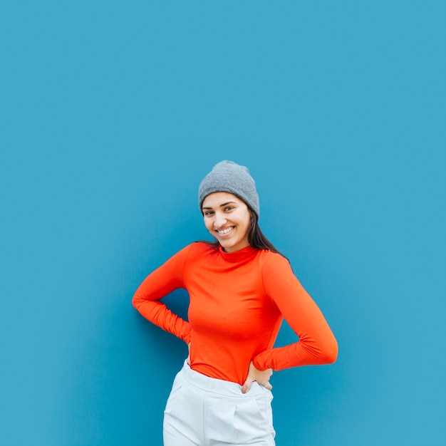 Vista dianteira, de, mulher, posar, contra, experiência azul Foto gratuita