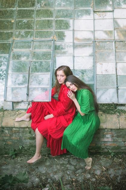 Vista dianteira, de, mulheres, em, um, casa verde Foto gratuita