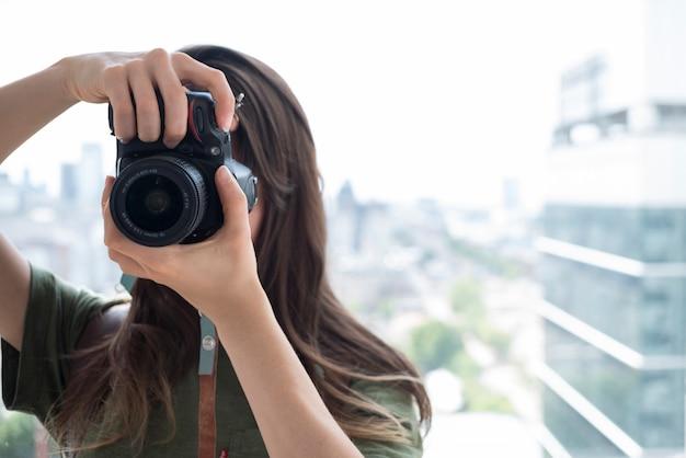 Vista dianteira, de, um, mulher, fazendo exame retratos, ligado, câmera Foto gratuita