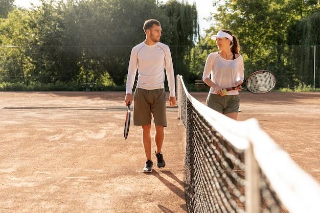 Vista dianteira, par, ligado, quadra tênis Foto gratuita