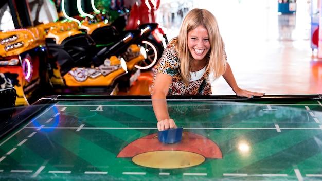 Vista dianteira, smilling, mulher, jogando ar, hockey Foto gratuita
