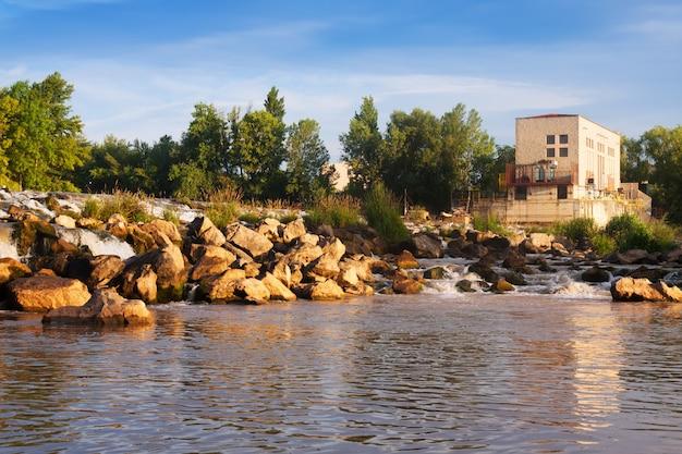 Vista diurna da barragem no rio ebro. logrono Foto gratuita
