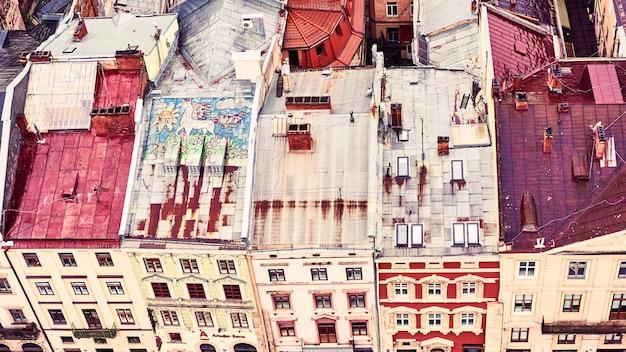 Vista do antigo lviv. telhados de cores brilhantes de casas no centro histórico da cidade Foto Premium