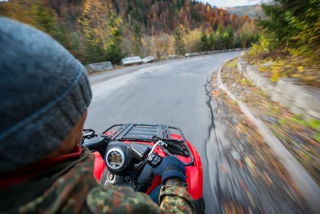Vista do atv na estrada Foto Premium