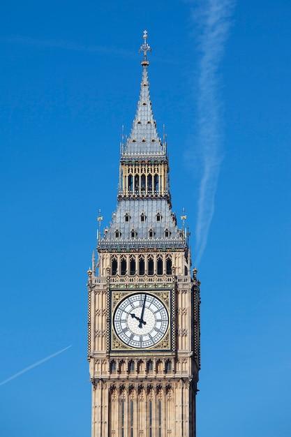 Vista do big ben com céu azul Foto gratuita