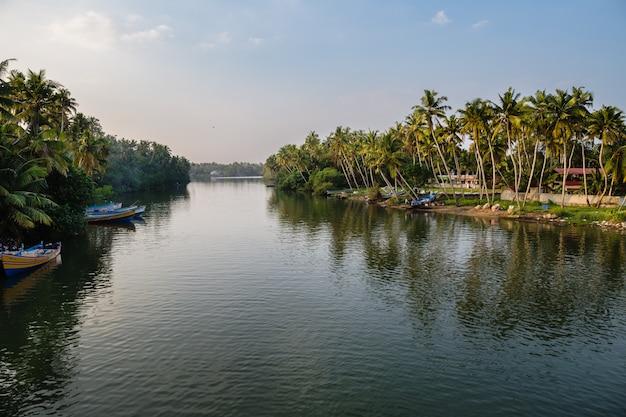 Vista do canal com barcos no pôr do sol. Foto Premium