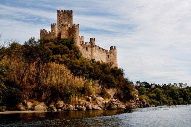 Vista do castelo bonito de almourol situado em uma ilha pequena no meio do tejo river, portugal. Foto Premium