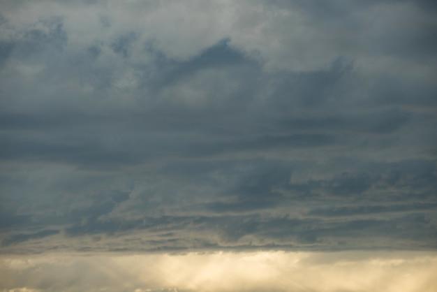 Vista do céu durante o pôr do sol Foto gratuita