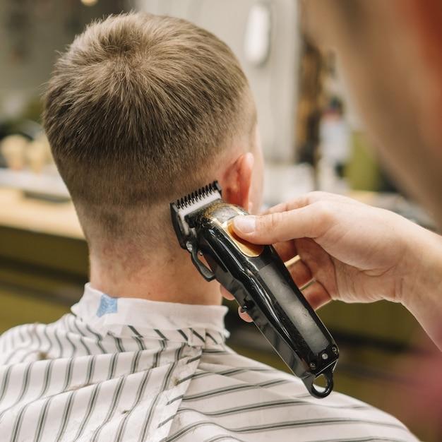 Vista do close-up, cortando o cabelo Foto gratuita