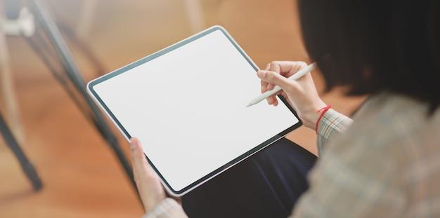 Vista do close-up da empresária escrevendo suas idéias Foto Premium