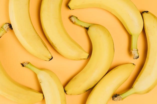 Vista do close-up de arranjo de bananas no fundo liso Foto gratuita
