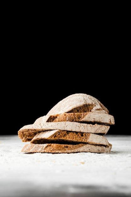 Vista do close-up de fatias de pão com fundo preto Foto gratuita
