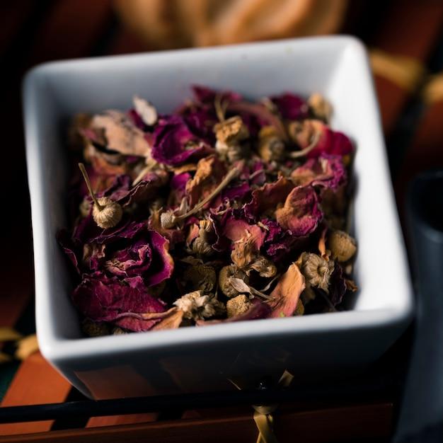 Vista do close-up de folhas e flores aromáticas Foto gratuita