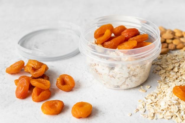 Vista do close-up de frutas secas e cereais Foto Premium