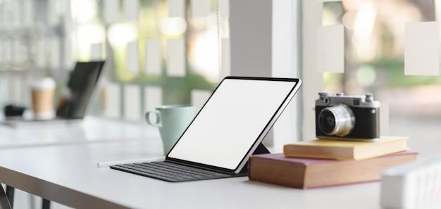 Vista do close-up de local de trabalho confortável com tablet mock-up e material de escritório Foto Premium