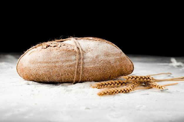 Vista do close-up de pão e trigo Foto gratuita