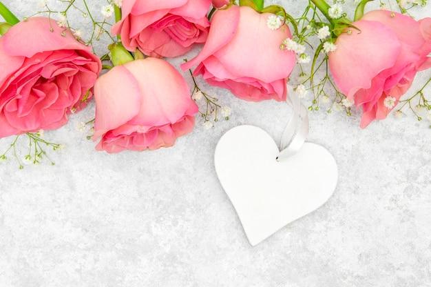 Vista do close-up de rosas e coração Foto gratuita