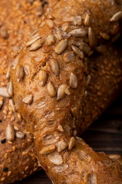Vista do close-up de sementes de girassol no pão Foto gratuita