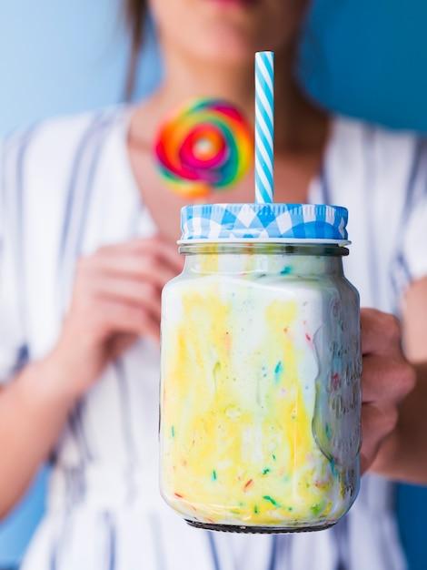 Vista do close-up de vidro milkshake Foto gratuita