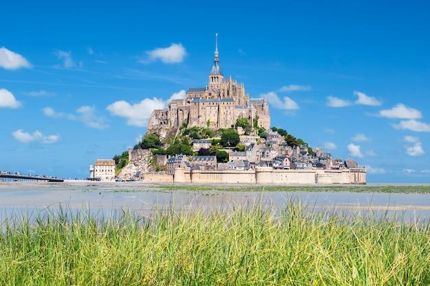 Vista do famoso mont-saint-michel e grama verde, frança, europa. Foto Premium