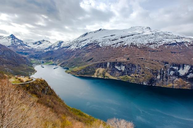 Vista do fiorde de geiranger do ponto de vista de ornesvingen Foto Premium