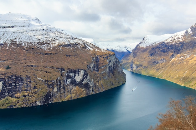 Vista do fiorde de geiranger do ponto de vista de ørnesvingen Foto Premium