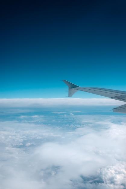 Vista do horizonte da janela do avião. Foto Premium