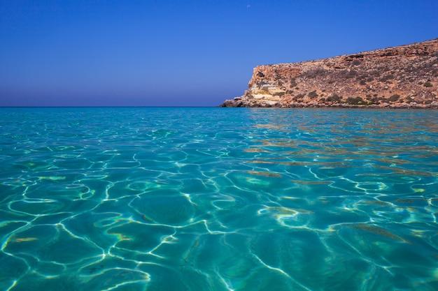 Vista do lugar mais famoso do mar de lampedusa chamado spiaggia dei conigli, Foto Premium