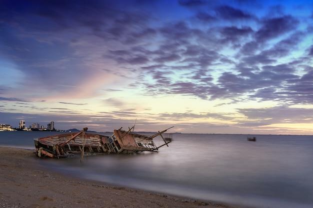 Vista do mar com barco de naufrágio no oceano em tempo de manhã Foto Premium