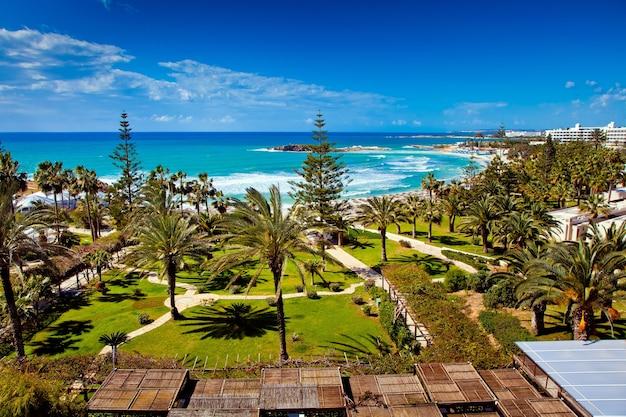 Vista do mar e da praia do quarto de hotel em chipre Foto Premium