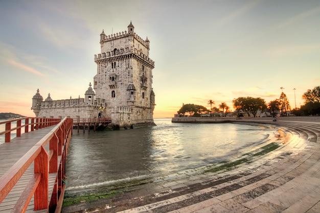 Vista do marco histórico, torre de belém, situada em lisboa, portugal. Foto Premium