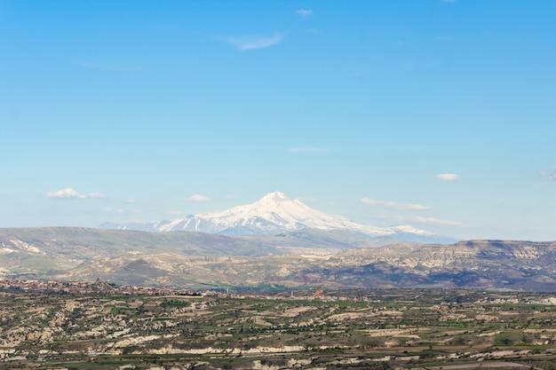 Vista do monte erciyes do castelo uchisar na região da capadócia. Foto Premium